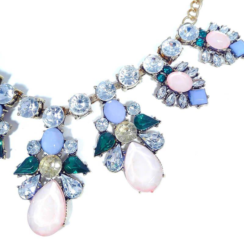 Colier-statement-auriu-cu-cristale-albe-bleu-roz-pastel-si-verzi-Ornella